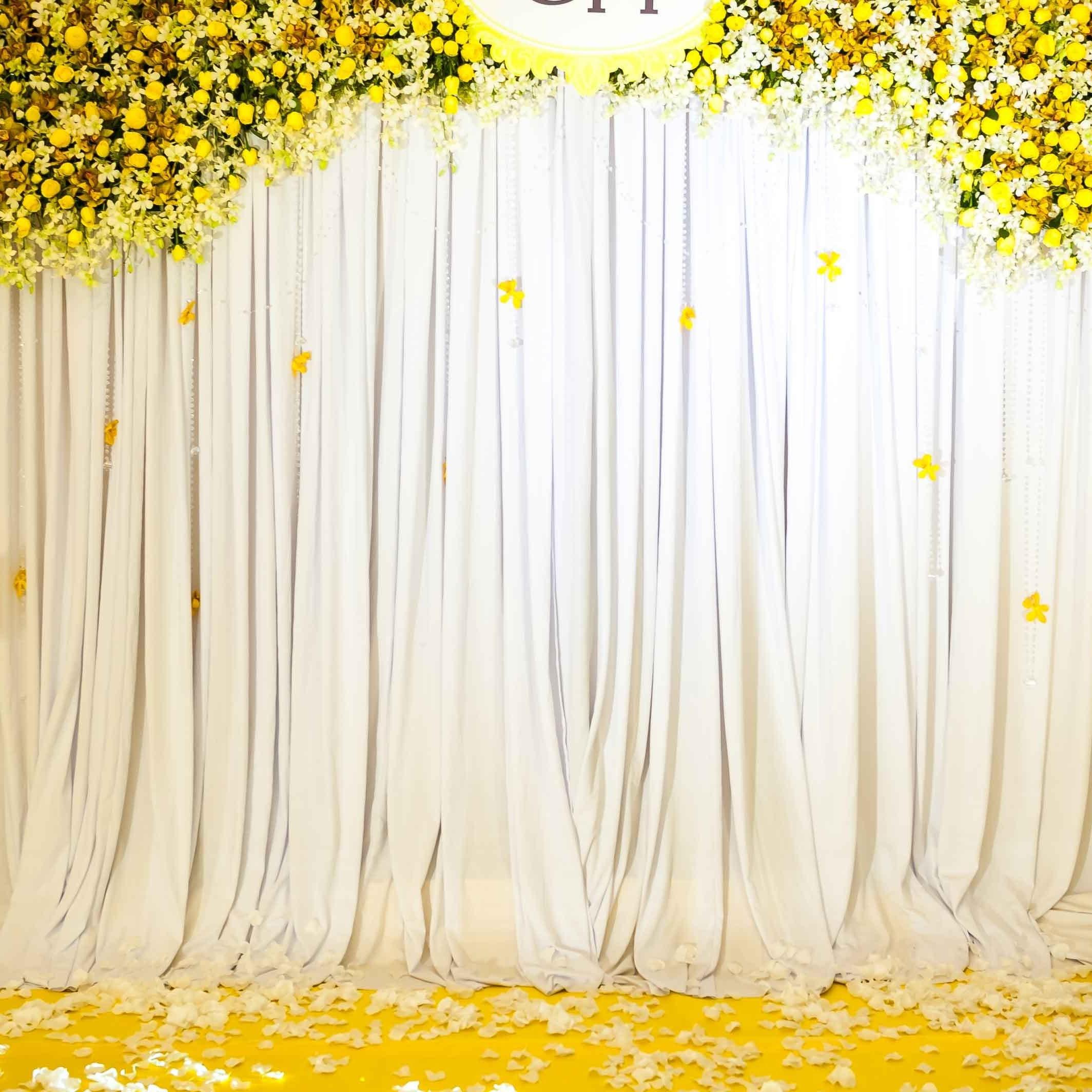 Phông cưới đẹp chất liệu in bạt, lụa trắng kết hợp hoa giấy