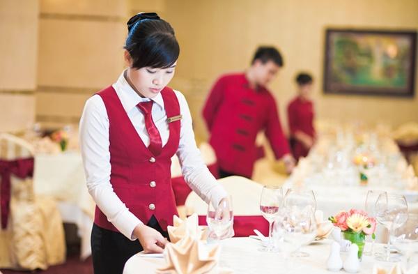 Nhận diện phong cách nhà hàng qua mẫu đồng phục