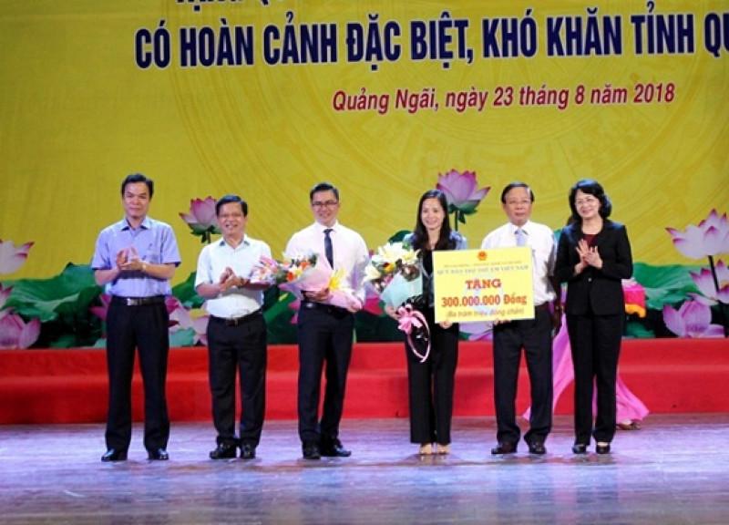 Phó Chủ tịch nước trao biển tượng trưng hỗ trợ trẻ em có HCĐBKK cho đại diện tỉnh Quảng Ngãi