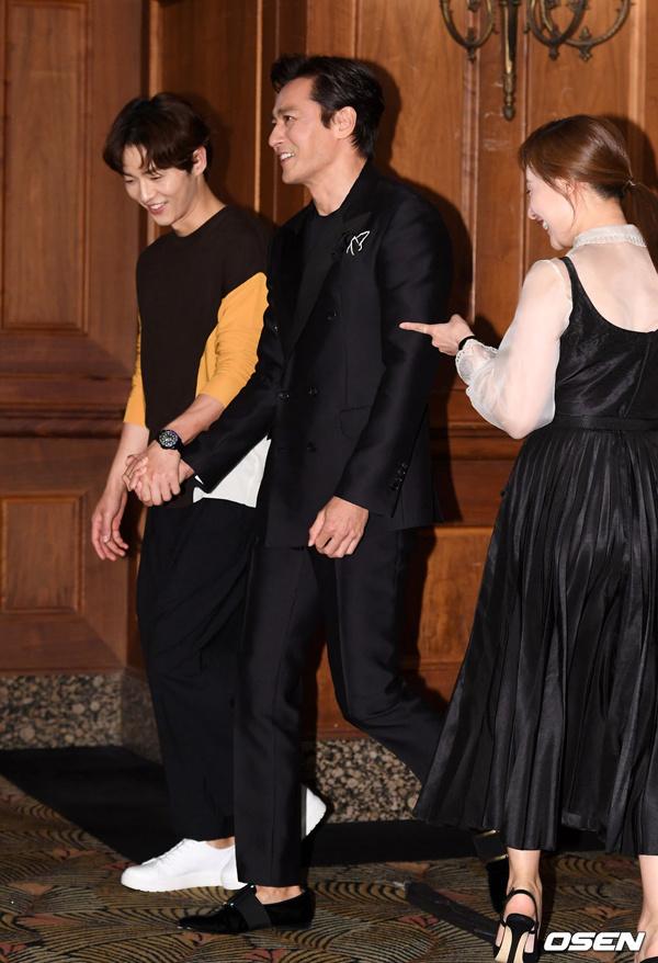 Song Joong Ki nắm tay Jang Dong Gun ra mắt phim mới - VnExpress Giải Trí