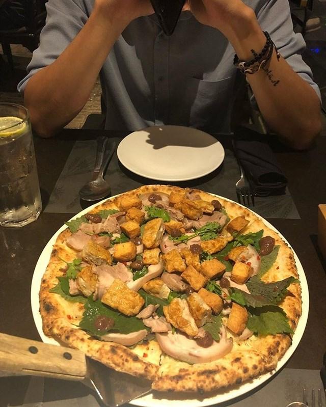 Kỳ lạ với món Pizza bún đậu mắm tôm