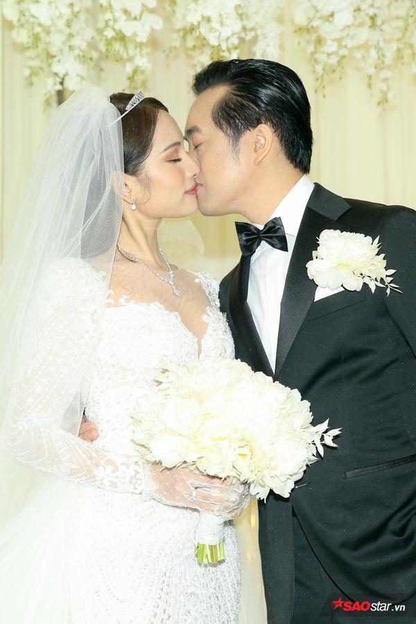 Dương Khắc Linh hôn Sara Lưu say đắm, Đông Nhi - Ông Cao Thắng dự đám cưới mà fan hỏi 'bao giờ đến lượt'?