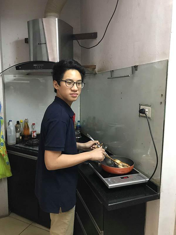 Bé trai lớp 8 ngày nấu 3 bữa cơm tươm tất cho mẹ khiến hội chị em choáng váng