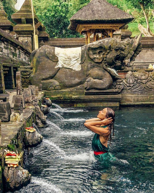Ngôi đền khách xếp hàng để tắm nước thánh ở Bali - VnExpress Du Lịch