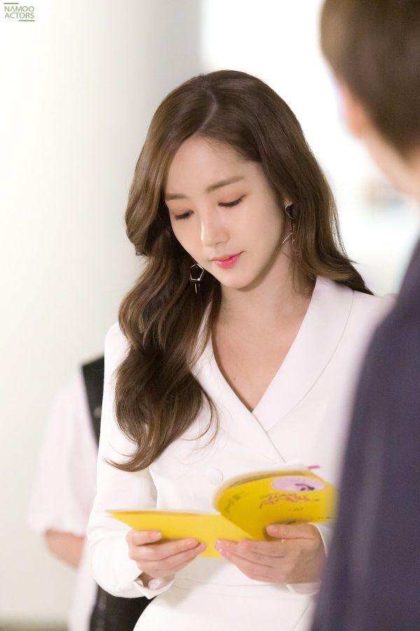 Bộ ảnh hậu trường đẹp không tì vết của Park Min Young trong tập cuối phim 'Bí mật nàng fangirl'