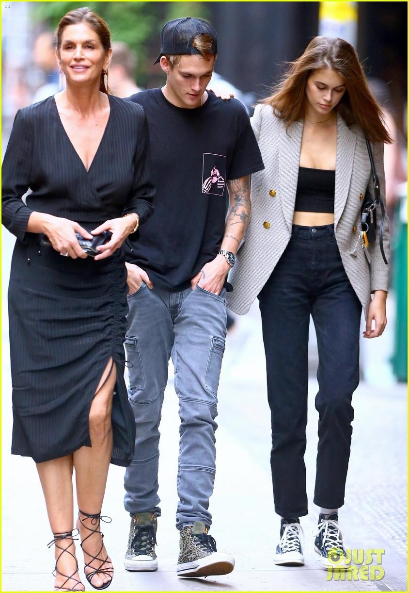 3 mẹ con siêu mẫu Cindy Crawford sóng vai trên phố, quý tử bảnh thế mà vẫn bị lu mờ vì khí chất của mẹ và em gái