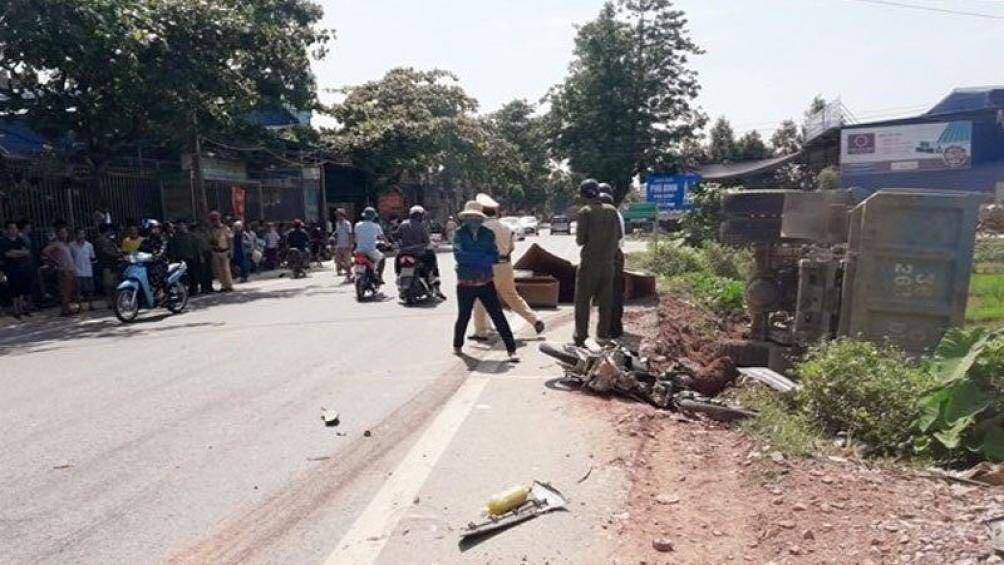Ô tô tảitông xe máy, 1 ngườitử vong, 2 người bị thương nặng