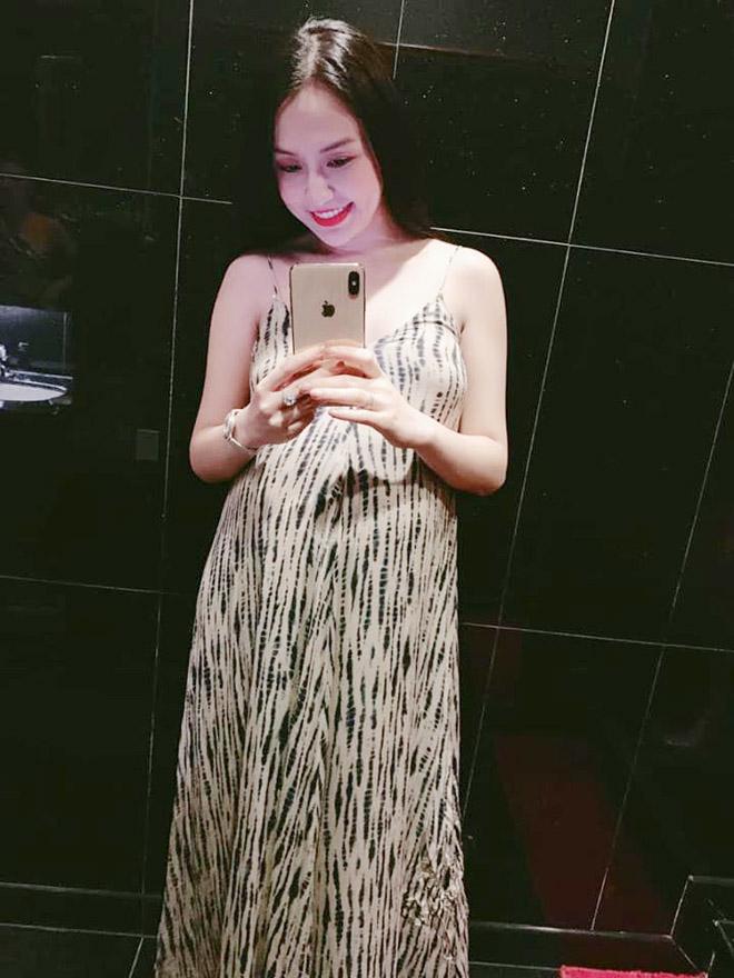 Váy bầu bí tôn nét đẹp tròn đầy, nõn nà của bà xã Tuấn Hưng
