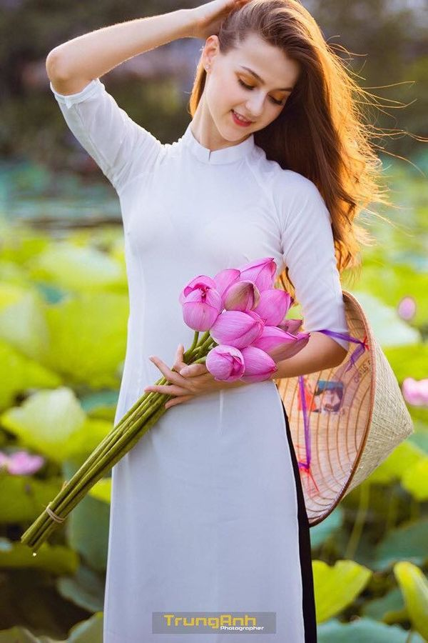 Chẳng cần chiêu trò khoả thân phản cảm, bộ ảnh cô gái Tây dịu dàng bên hoa sen và áo dài cũng đủ khiến dân tình thổn thức