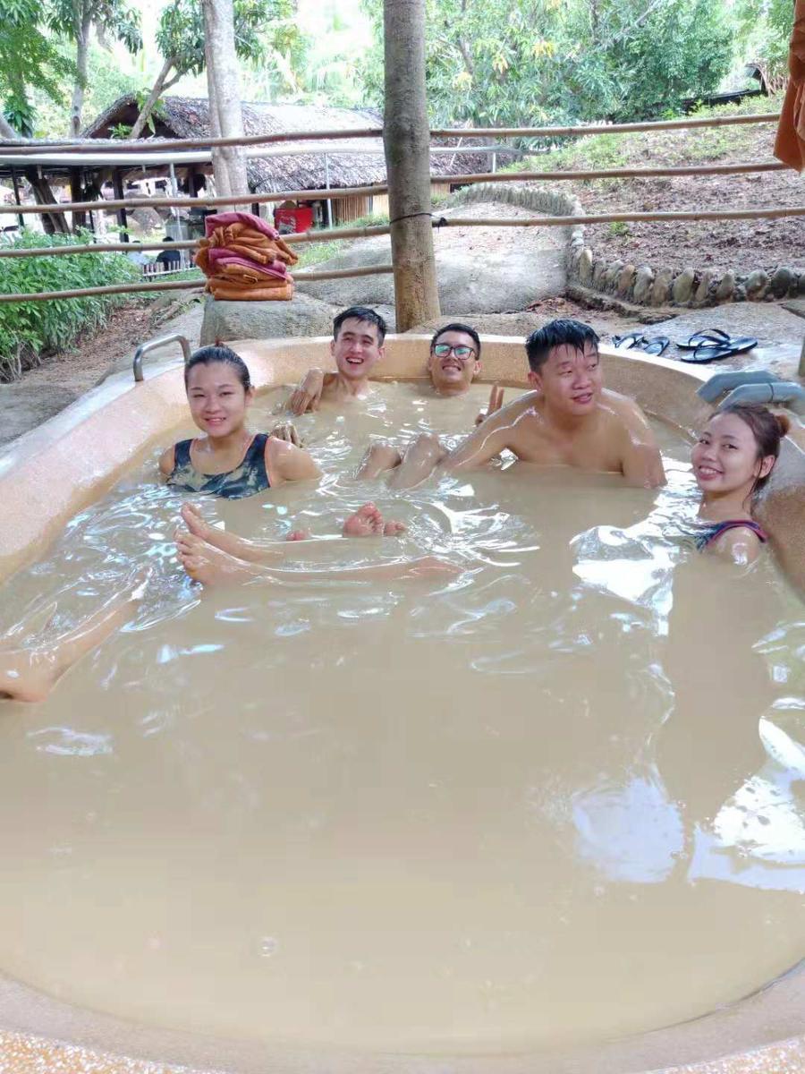 Trải nghiệm tắm bùn khoáng nóng trên đảo Hòn Tằm