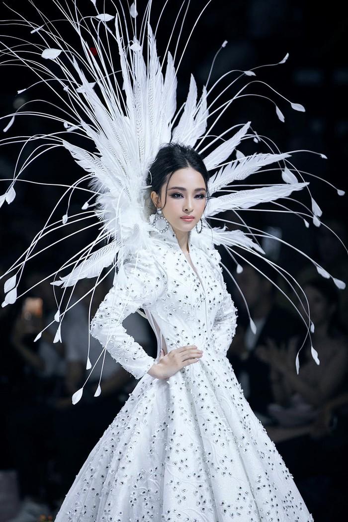 Trương Hồ Phương Nga bất ngờ làm vedette show thời trang
