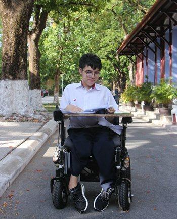Nam sinh thi THPT quốc gia trên xe lăn đạt điểm 10 Anh văn