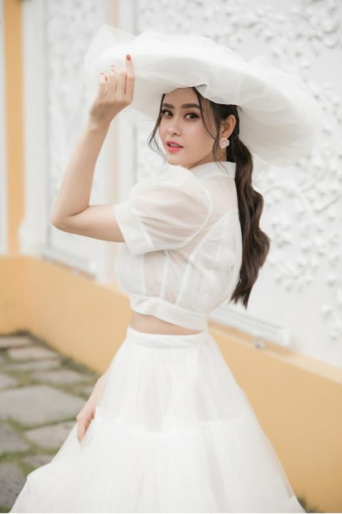 Trương Quỳnh Anh gây chú ý khi đội nón rộng vành đi xem show thời trang – Sao Sống Đẹp