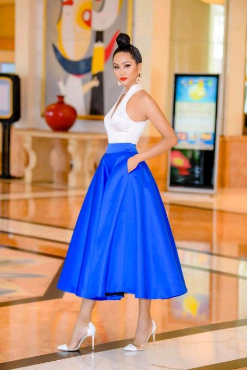 H'Hen Niê diện váy xòe bồng, hóa quý cô gợi cảm khiến fan Hà Nội vỡ oà