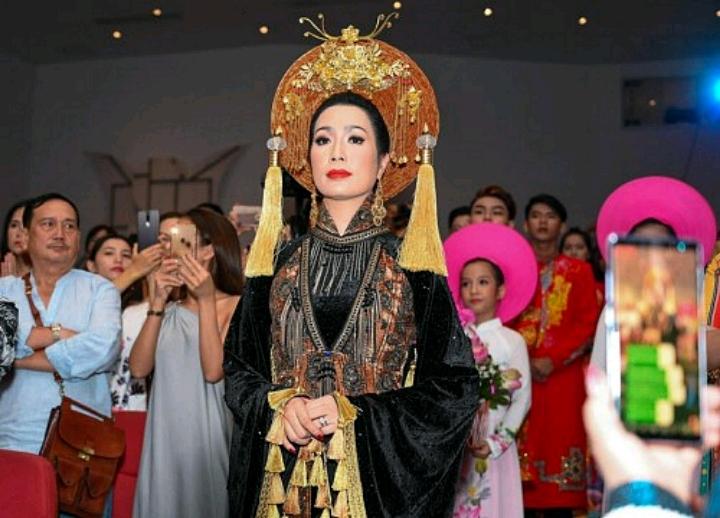Trịnh Kim Chi đẹp tựa nữ hoàng trong ngày giỗ Tổ nghiệp sân khấu