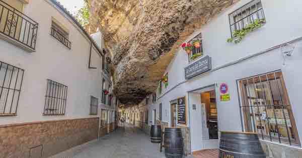 Thị trấn bất thường ở Tây Ban Nha: Tuy bị 'đá đè' nhưng vẫn thu hút rất đông khách du lịch ghé thăm
