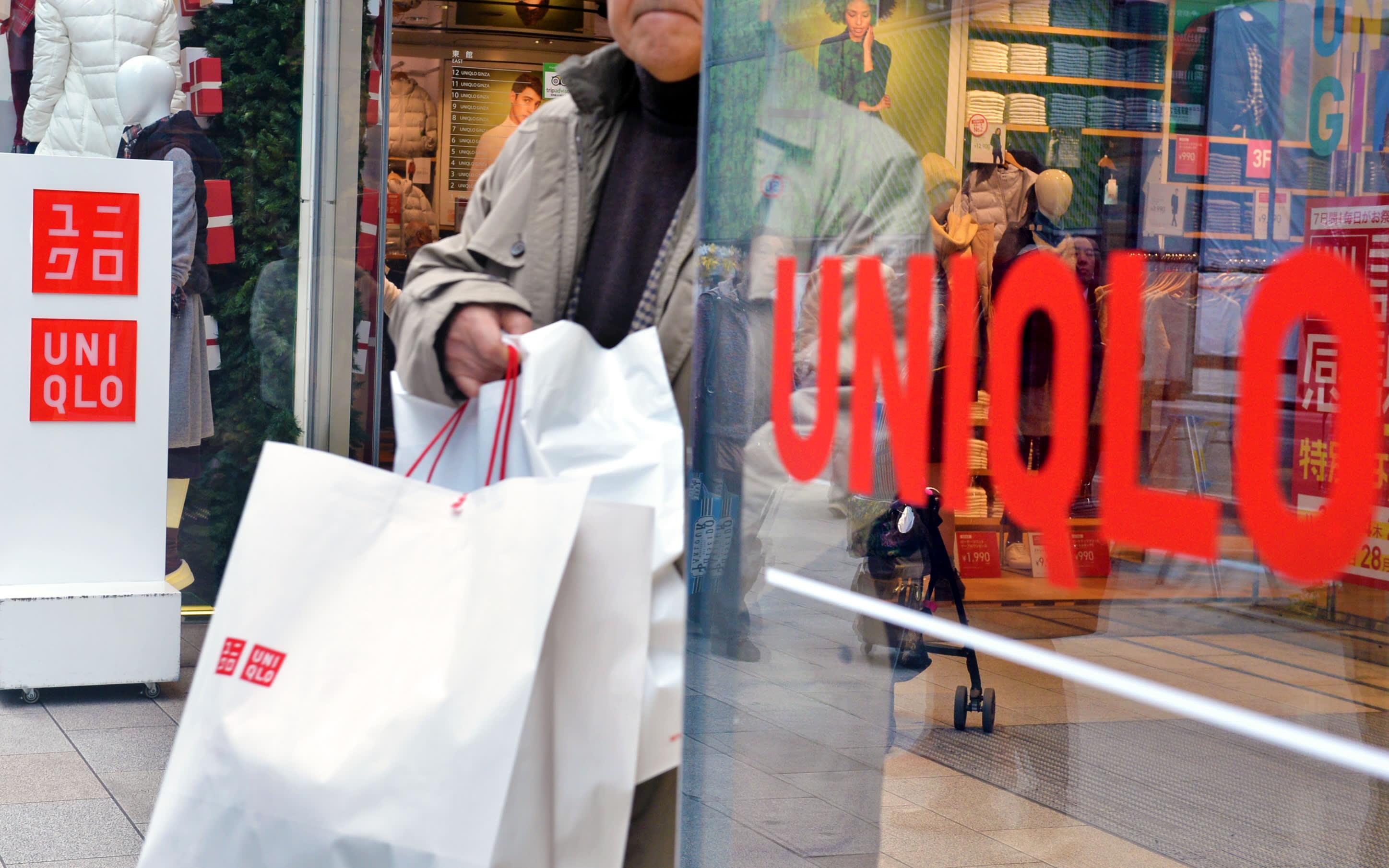 Ông chủ Uniqlo đứng vỗ tay chào đón khách Việt Nam vào mua sắm