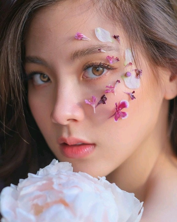 """Baifern Pimchanok trang điểm đính hoa, vẽ hình lên khóe mắt khiến CĐM đua nhau """"đu"""" trend"""