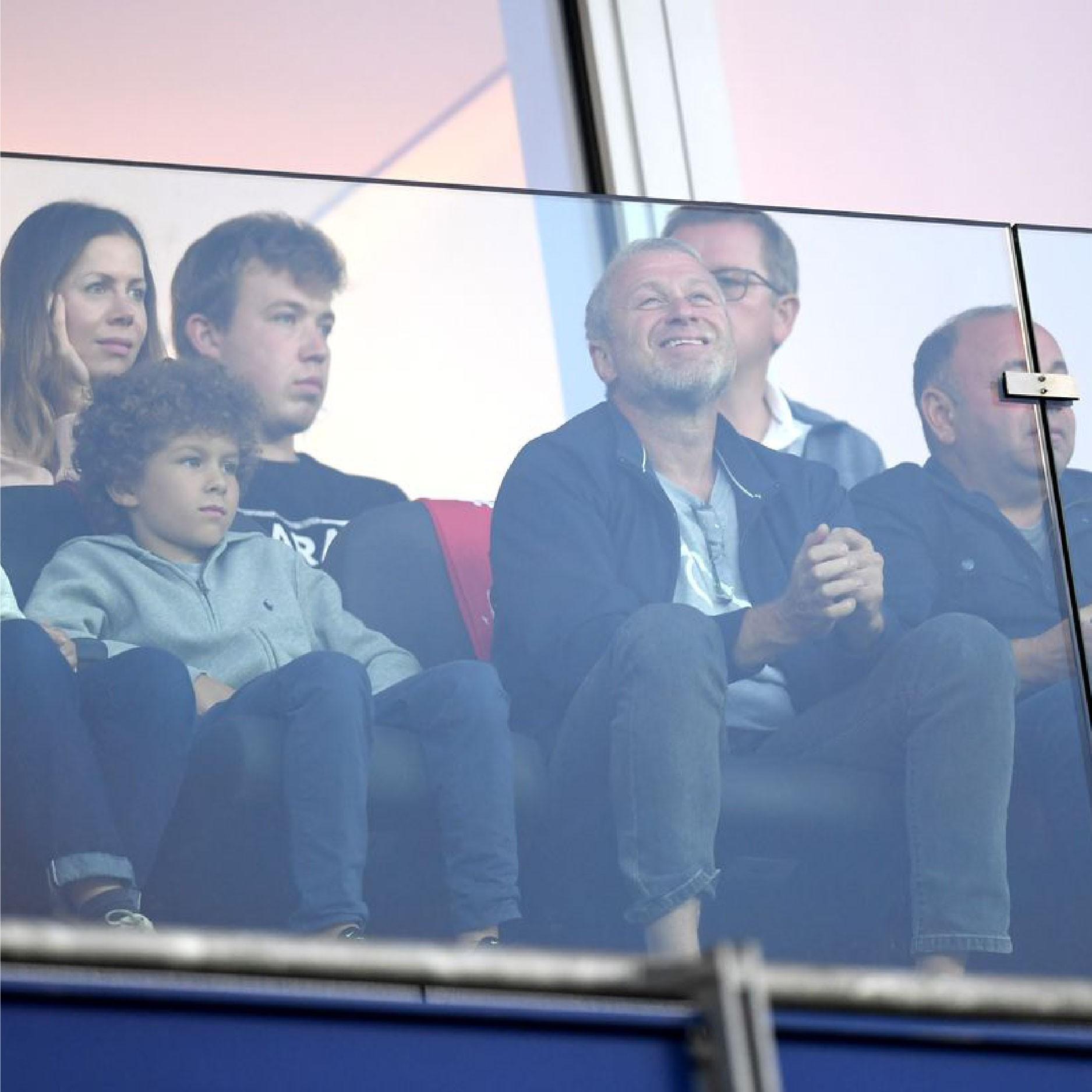 Chủ tịch Roman Abramovich dự khán trận đấu