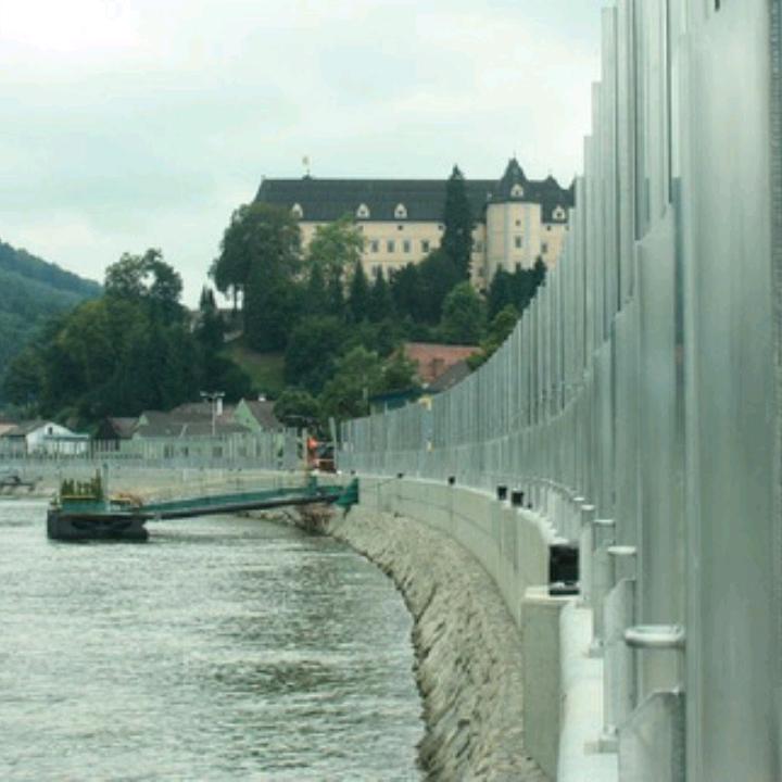 Những bức tường chống lũ được lắp đặt ở Grein, Áo.