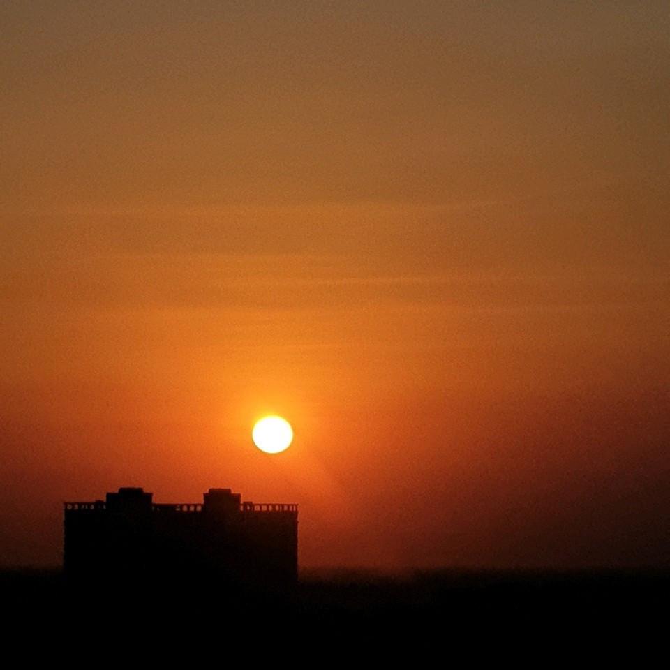 Mặt trời đỏ buổi chiều ở phía tây. Có nghĩa định luật không thay đổi.