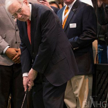Warren Buffett Chia Sẻ Quan Điểm Sống Cuộc Đời Giống Như Chơi Golf
