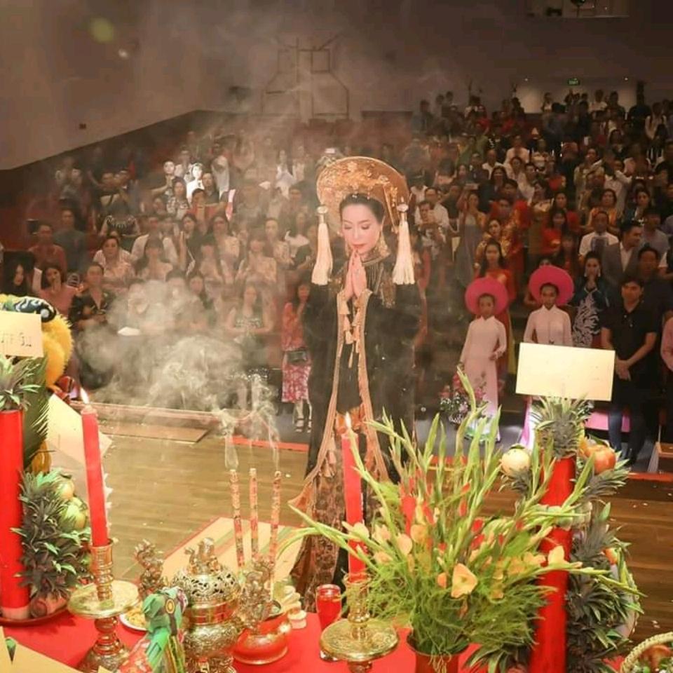Trịnh Kim Chi cúng Tổ nghề hoành tráng tại sân khấu riêng<br><br><br><br>