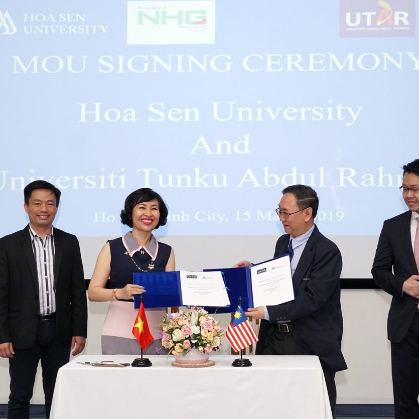 NGƯT.GS.TS Mai Hồng Quỳ và GS. Hean-Teik Chuah cùng ký kết