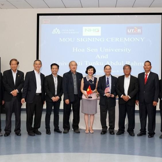 Các đại diện HSU và UTAR cùng chụp hình lưu niệm
