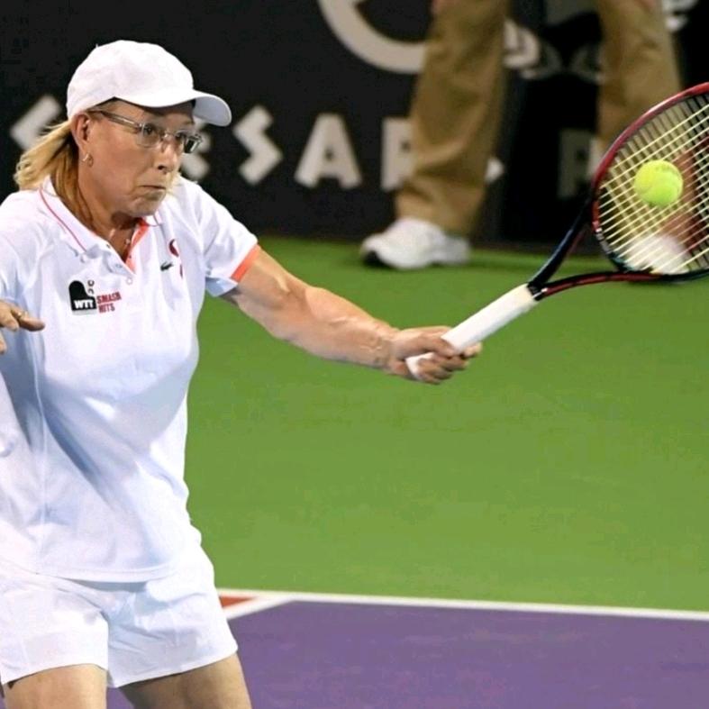 Martina Navratilova cầm vợt tay trái