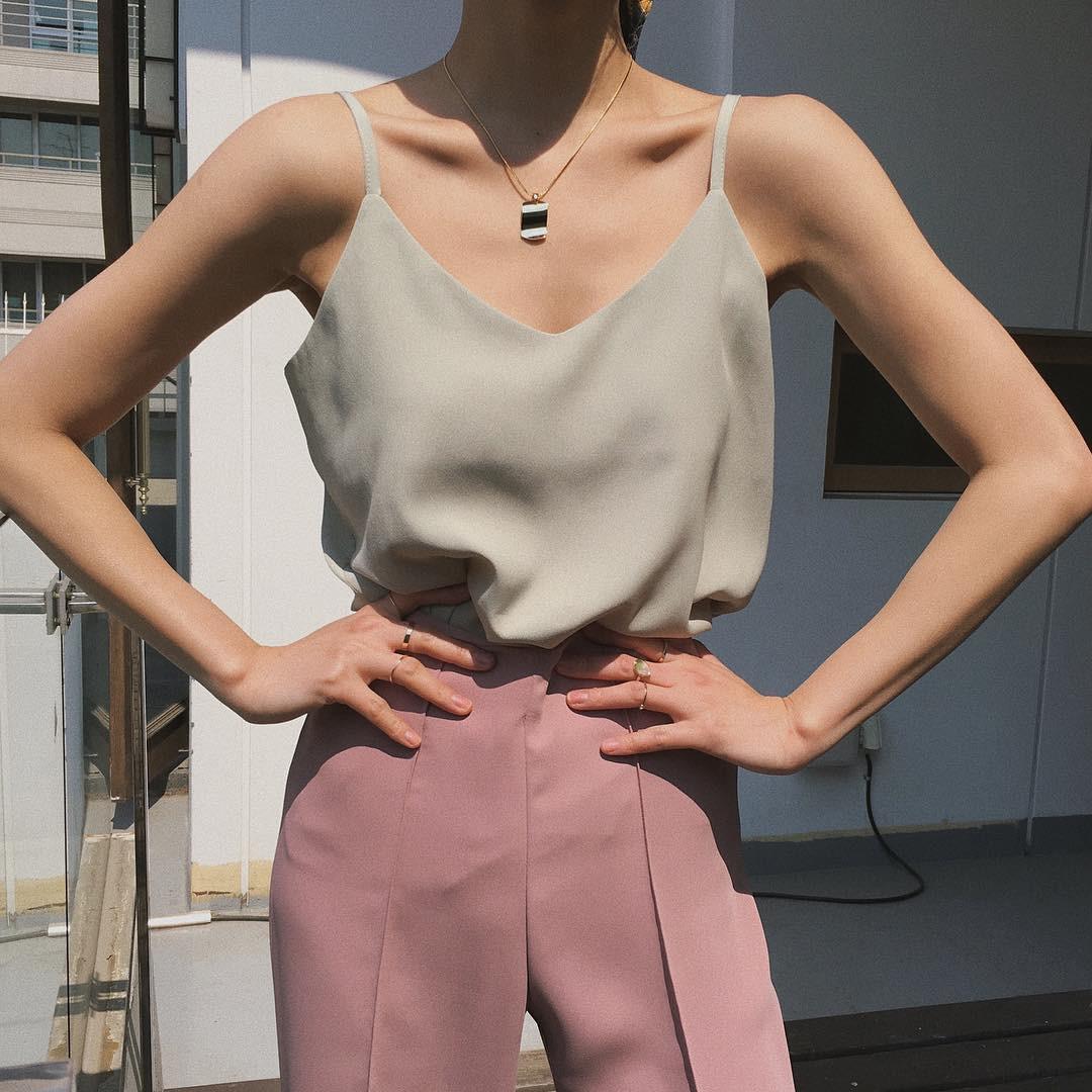 Nóng thế này cứ triển áo 2 dây là thích nhất, và đây là 4 mẫu xinh hết chỗ chê mà bạn cần sắm ngay