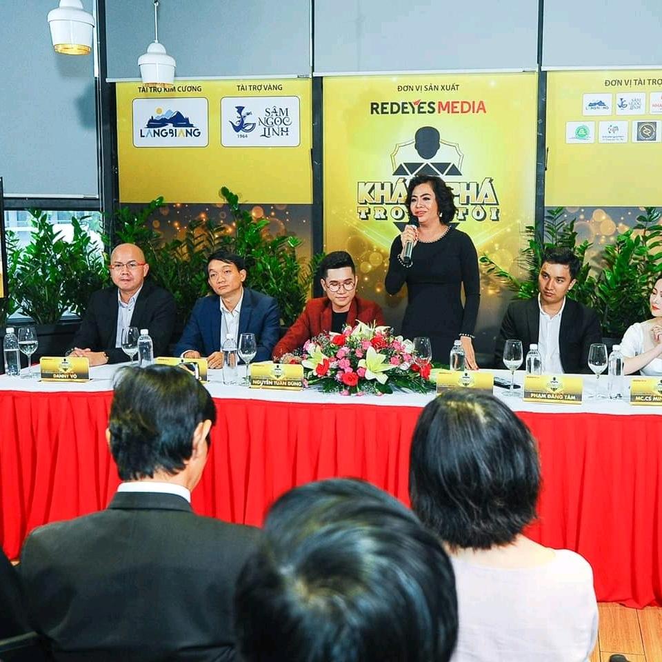 Bà Thái Thu Đào - CEO  Người thứ 4 đang đứng từ trái sang,