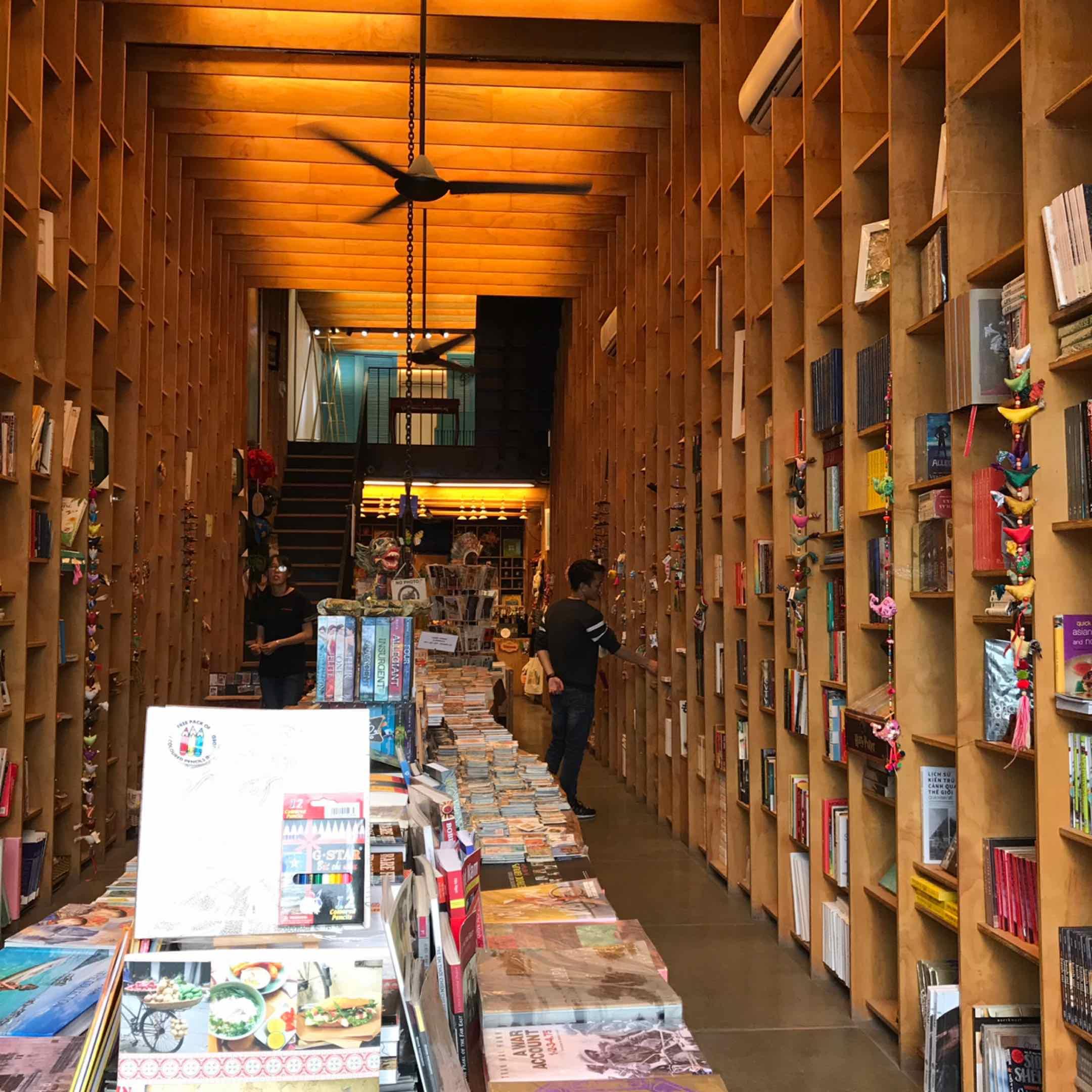 Alina Phạm - Từng một thời  mê một không gian sách đến như vậy.  Nơi chỉ gửi thấy mùi sách của những năm thập niên 70 - 80. ....  🤗 được một an