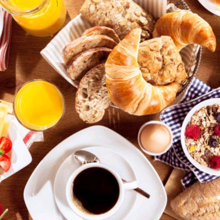 Brunch là gì và nếu có người rủ đi ăn thì brunch là ăn cái gì?